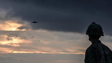 Американский десантник наблюдает за военно-транспортным самолетом