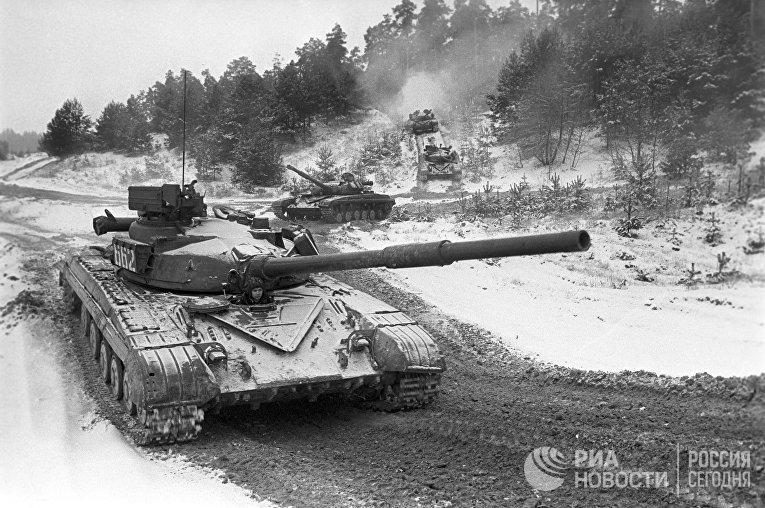 Советские танки Т-64 на учениях