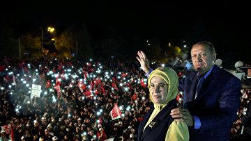 Президент Турции Тайип Эрдоган обращается к своим сторонникам
