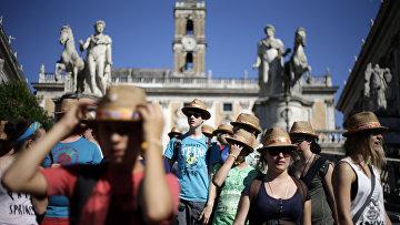 Туристы в римском Капитолии, Италия.