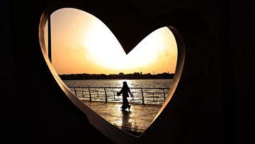 Женщина гуляет вдоль Красного моря в Джидде, Саудовская Аравия