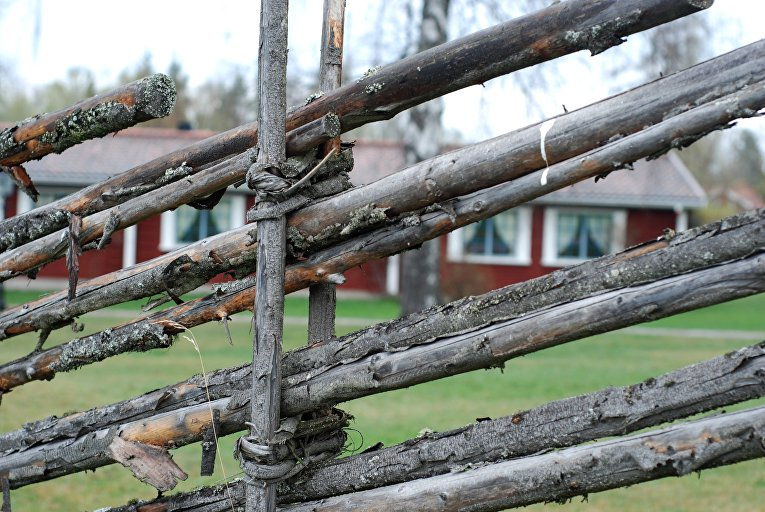 Забор в небольшой деревне в Швеции