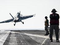 "Самолет F/A-18F Super Hornet взлетает с палубы авианосца George H.W. Bush во время операции ""Inherent Resolve"""