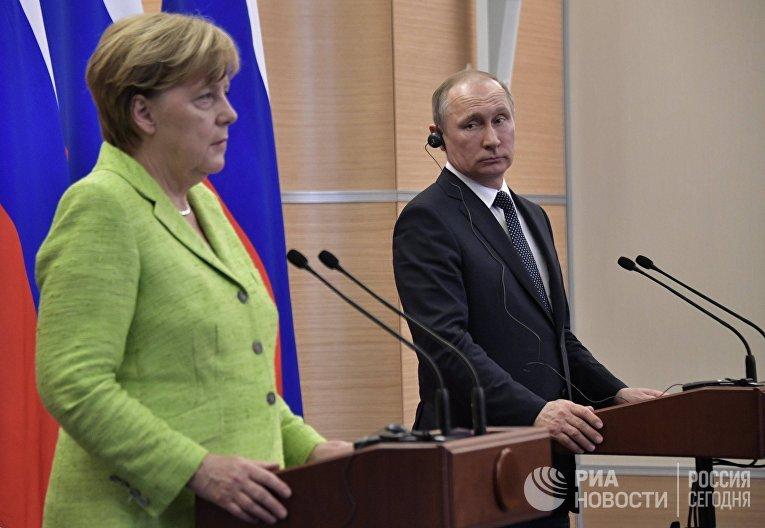 Президент РФ Владимир Путин и федеральный канцлер ФРГ Ангела Меркель во время совместной пресс-конференции в Сочи. 2 мая 2017