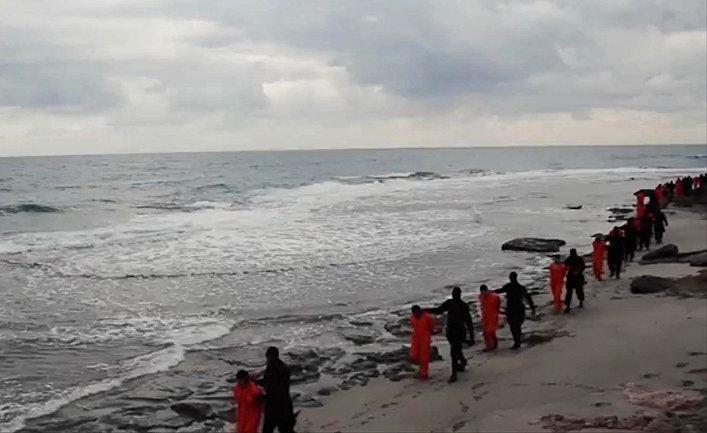 Боевики Исламского Государства (запрещено в РФ) ведут на казнь египетских христиан-коптов в Ливии