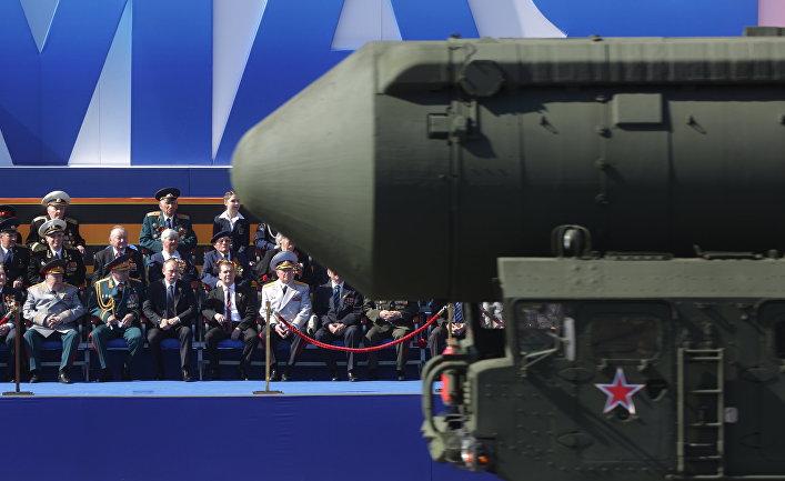 Президент России Владимир Путин (третий слева), председатель правительства РФ Дмитрий Медведев (второй справа) и министр обороны РФ Сергей Шойгу (второй слева) на военном параде на Красной площади