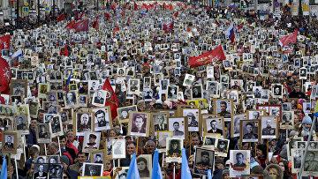 Участники акции «Бессмертный полк» в Санкт-Петербурге