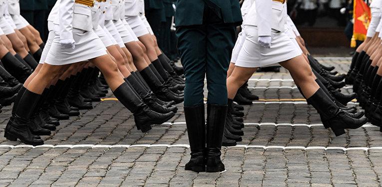 Российские женщины-военнослужащие идут в строю по Красной площади во время Парада Победы