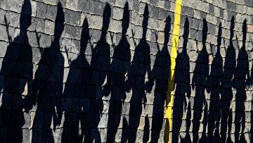 Тень от российских военнослужащих на брусчатке Красной площади