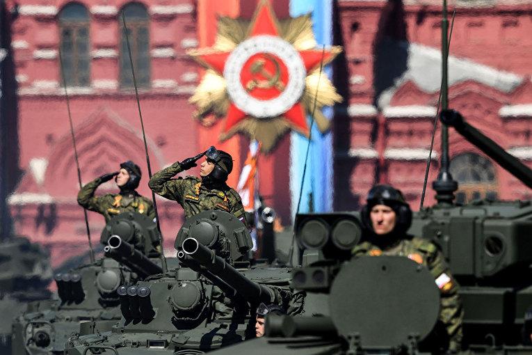Российские военнослужащие на боевой технике во время репетиции Парада Победы