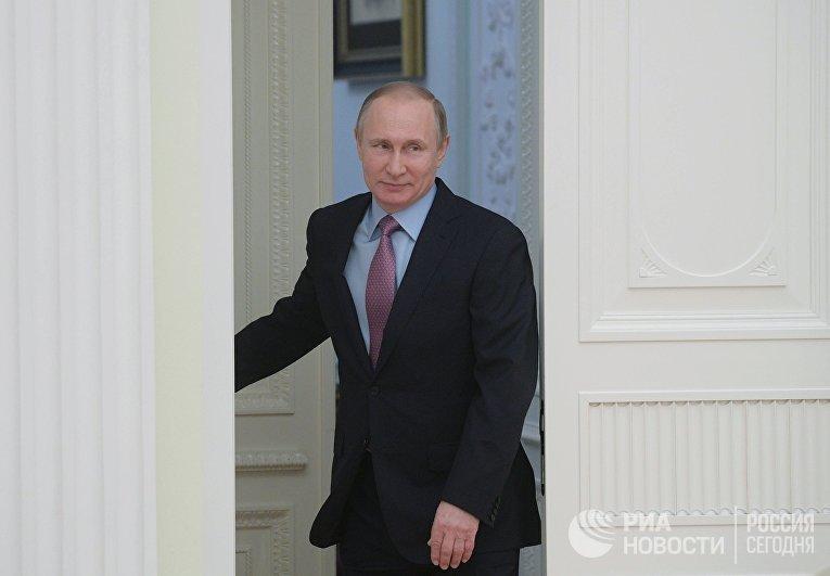 Президент РФ Владимир Путин перед началом встречи с президентом ФАТФ Х.М. Вега-Серрано. 26 апреля 2017