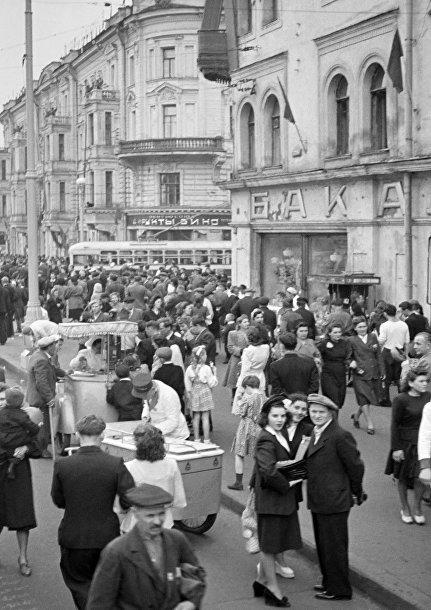 Москвичи на улице Горького (Тверская)
