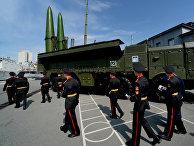 Воспитанники Уссурийского суворовского военного училища осматривают ракетный комплекс «Искандер-М»