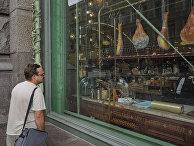 Мужчина у витрины Елисеевского магазина на Невском проспекте в Санкт-Петербурге