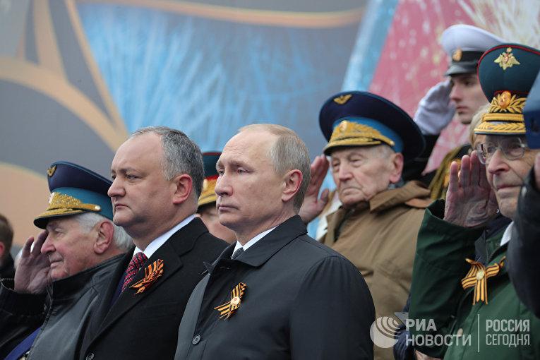 Президент РФ - Верховный главнокомандующий вооружёнными силами РФ Владимир Путин и президент Молдавия Игорь Додон