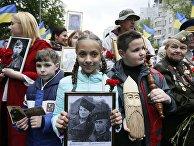 9 мая 2017 года. Участники «Бессмертного полка» в Киеве несут фотографии солдат Второй мировой войны во время празднования 72-й годовщины победы над фашистской Германией.