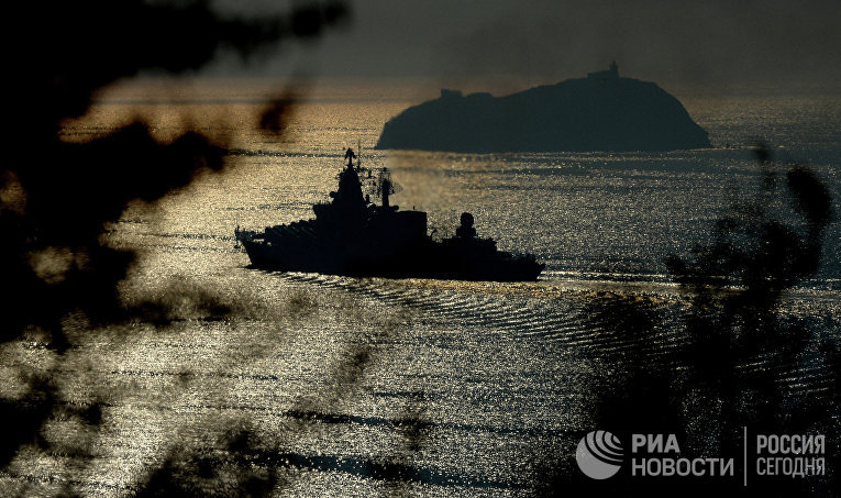 """Гвардейский ракетный крейсер """"Варяг"""" в проливе Босфор Восточный"""