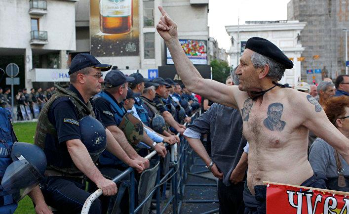 Демонстрацию перед зданием парламента в Скопье, Македония