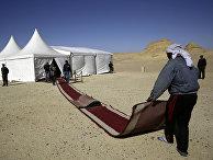 Работники готовят красную ковровую дорожку для VIP-гостей в Египте