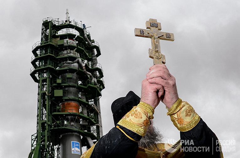 Освящение ракеты-носителя «Союз-ФГ» с кораблем «Союз МС-02»