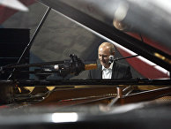 Владимир Путин за роялем. Архивное фото