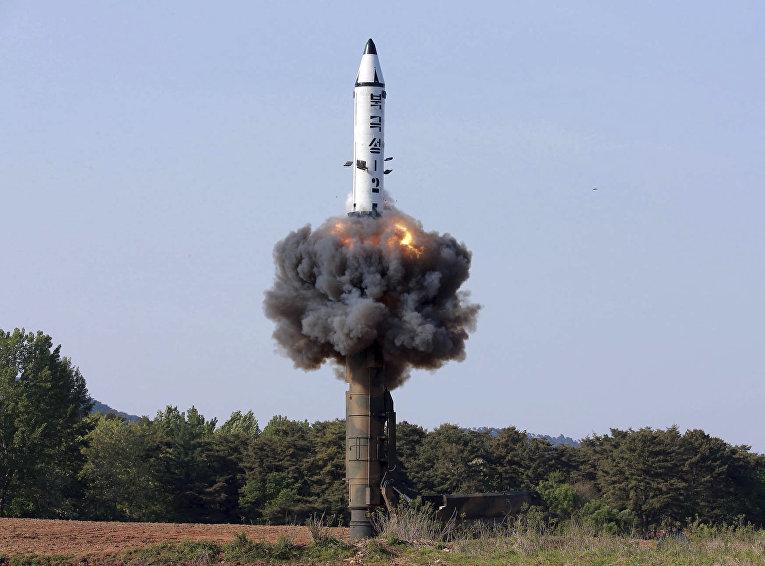 """Пуск ракеты """"Пуккыксон-2"""" в Северной Корее"""