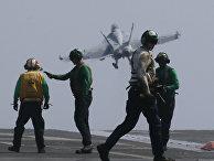 Истребитель ВМС США f18 вылетает с американского авианосца «Карл Винсон»