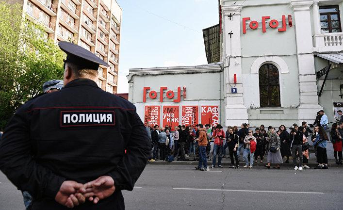 Полиция и прохожие у здания «Гоголь-центр» в Москве