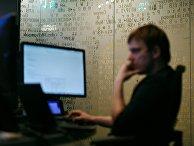Сотрудник во время работы в компании «Лаборатория Касперского»
