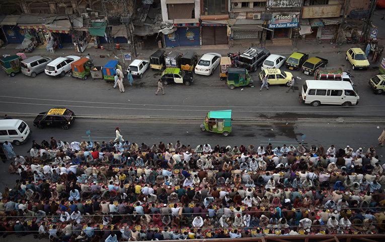 Пакистанцы молятся на улицах Равалпинди