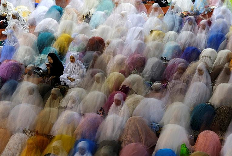 Индонезийские мусульмане молятся в преддверии первого дня Рамадана