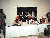 Лидер Аль-Каиды Усама бен Ладен в окружении своих помощников и телохранителей вооруженных на встрече в Афганистане