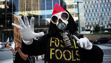 Участник протеста против решения президента Дональда Трампа по выходу США из Парижского соглашения
