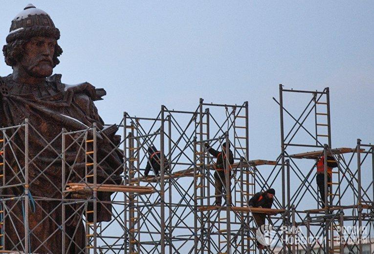 Демонтаж строительных лесов около памятника князю Владимиру на Боровицкой площади