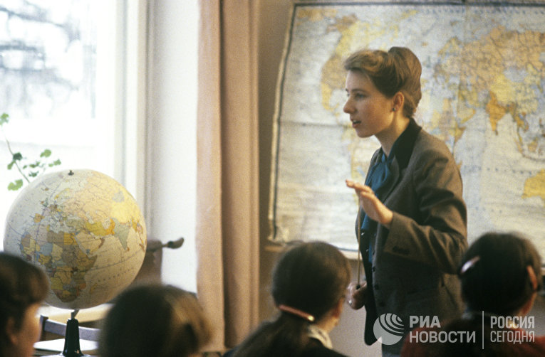 Учитель географии средней школы совхоза «Любань» проводит урок. Белорусская ССР