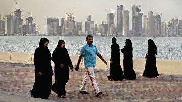 Вид на небоскребы в Дохе с набережной в Катаре