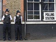 Полицейские охраняют избирательный участок в Лондоне