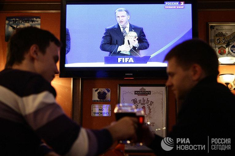 Трансляция выборов стран-хозяев ЧМ по футболу 2018/22 в баре