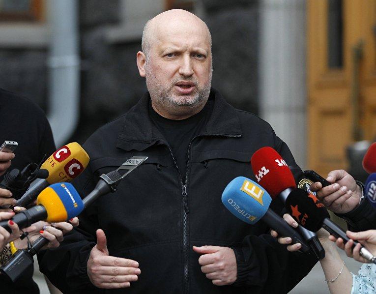 Секретарь Совета национальной безопасности и обороны Украины Александр Турчинов выступает перед СМИ в Киеве