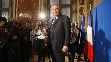 Министр юстиции Франции Франсуа Байру после пресс-конференции в Париже