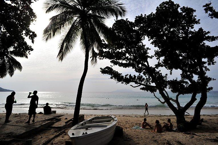 Люди отдыхают на одном из пляжей на Сейшельских островах