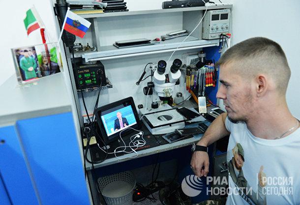 Мужчина смотрит трансляцию «Прямой линии с Владимиром Путиным» в Грозном