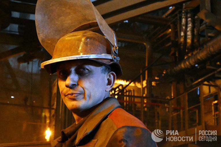 Металлург в цехе Енакиевского металлургического завода в Донецкой области