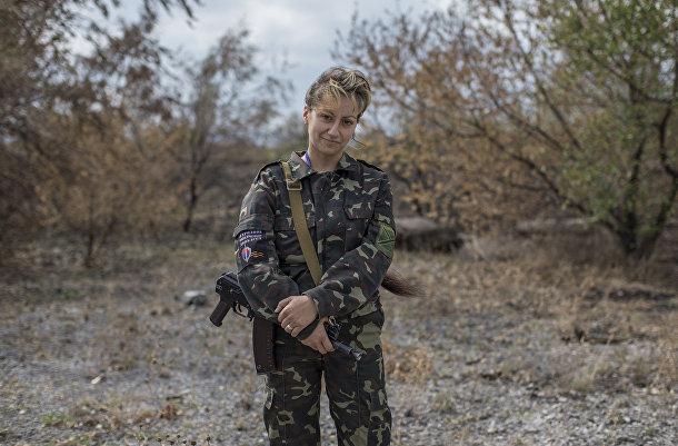 Женщина, воюющая на стороне пророссийских ополченцев