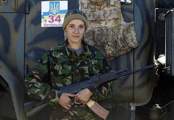 Женщина, воющая на стороне украинской армии