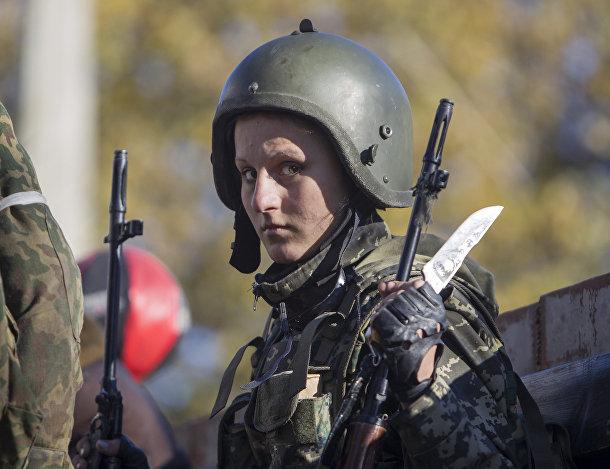 Женщина, воюющая на стороне пророссийских ополченцев, перед боем с украинским силовиками рядом с аэропортом Донецка