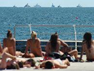 Жители отдыхают на пляже в Одессе