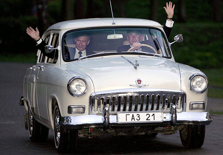 Президент США Джордж Буш и президент России Владимир Путин катаются на автомобиле «Волга»