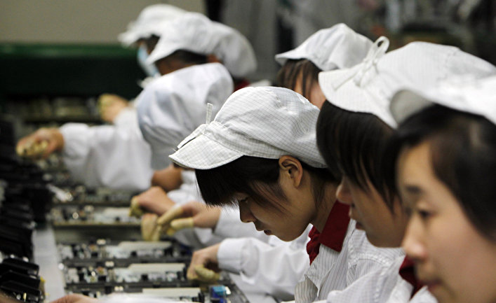 Работники на производственной линии завода Foxconn в Шэньчжэнь