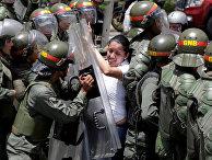Столкновения с национальной гвардией во время митинга против правительства президента Николаса Мадуро в Каракасе
